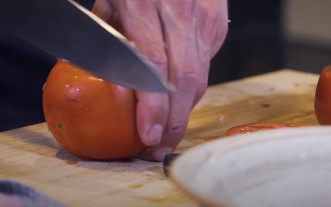 Sukaldeko koplak: Tomate betea hegaluzearekin